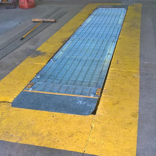 Workshop pit cover for oil changes