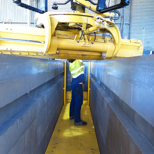 Grader servicing over pit with elevating platform
